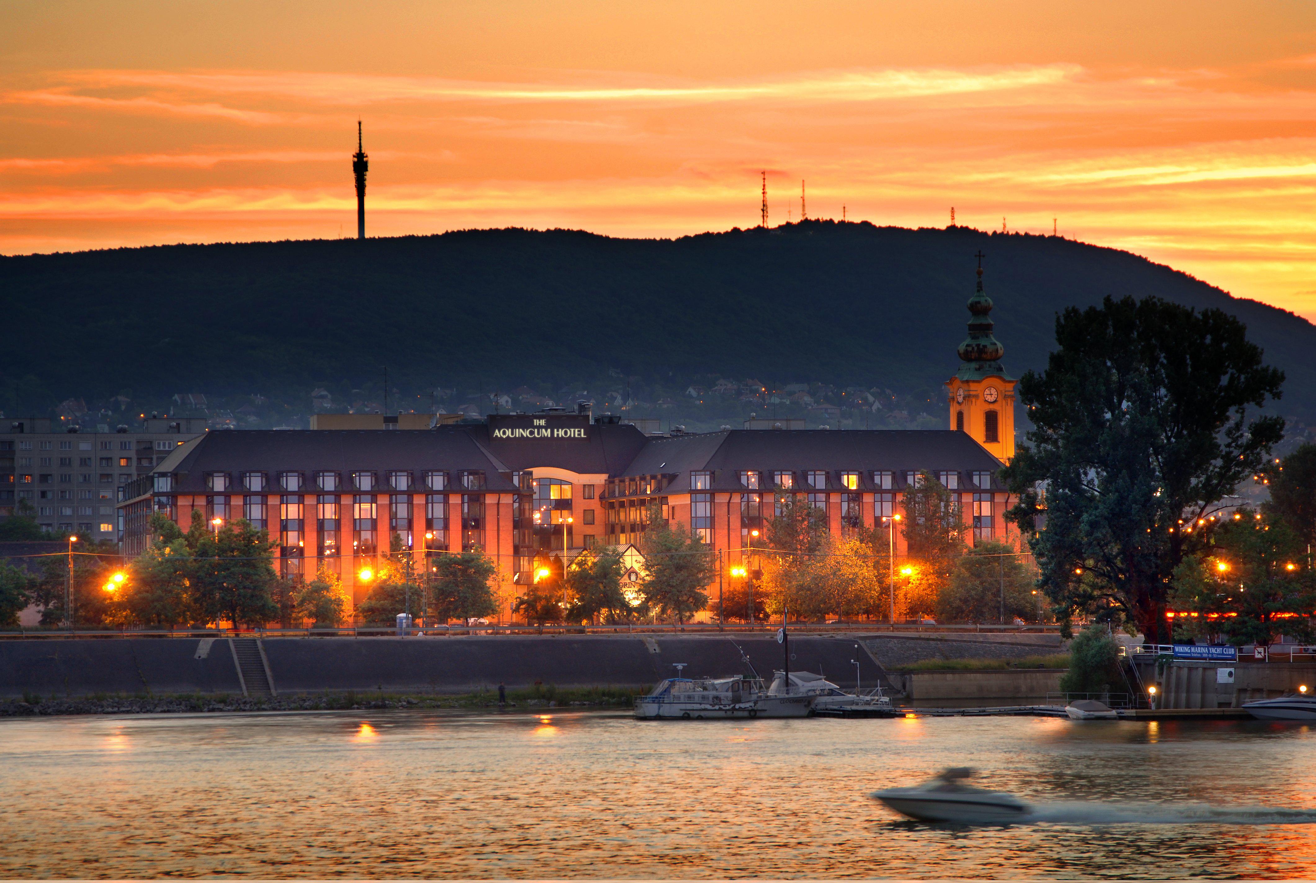 Az Aquincum Hotel Budapest a főváros egyik történelmi részén, Óbudán, a Duna-parton várja vendégeit, a Margit-szigettel szemben. A szálloda környékén hangulatos utcákat, borozókat és éttermeket találunk, a közeli óbudai Főtér pedig változatos szabadtéri programokat kínál. Az elsősorban üzleti jellegű szálloda 310 vendégszobával, étteremmel, kávézóval, 14 sokoldalúan berendezhető konferenciateremmel rendelkezik. <br /> Ismerd meg Te is!