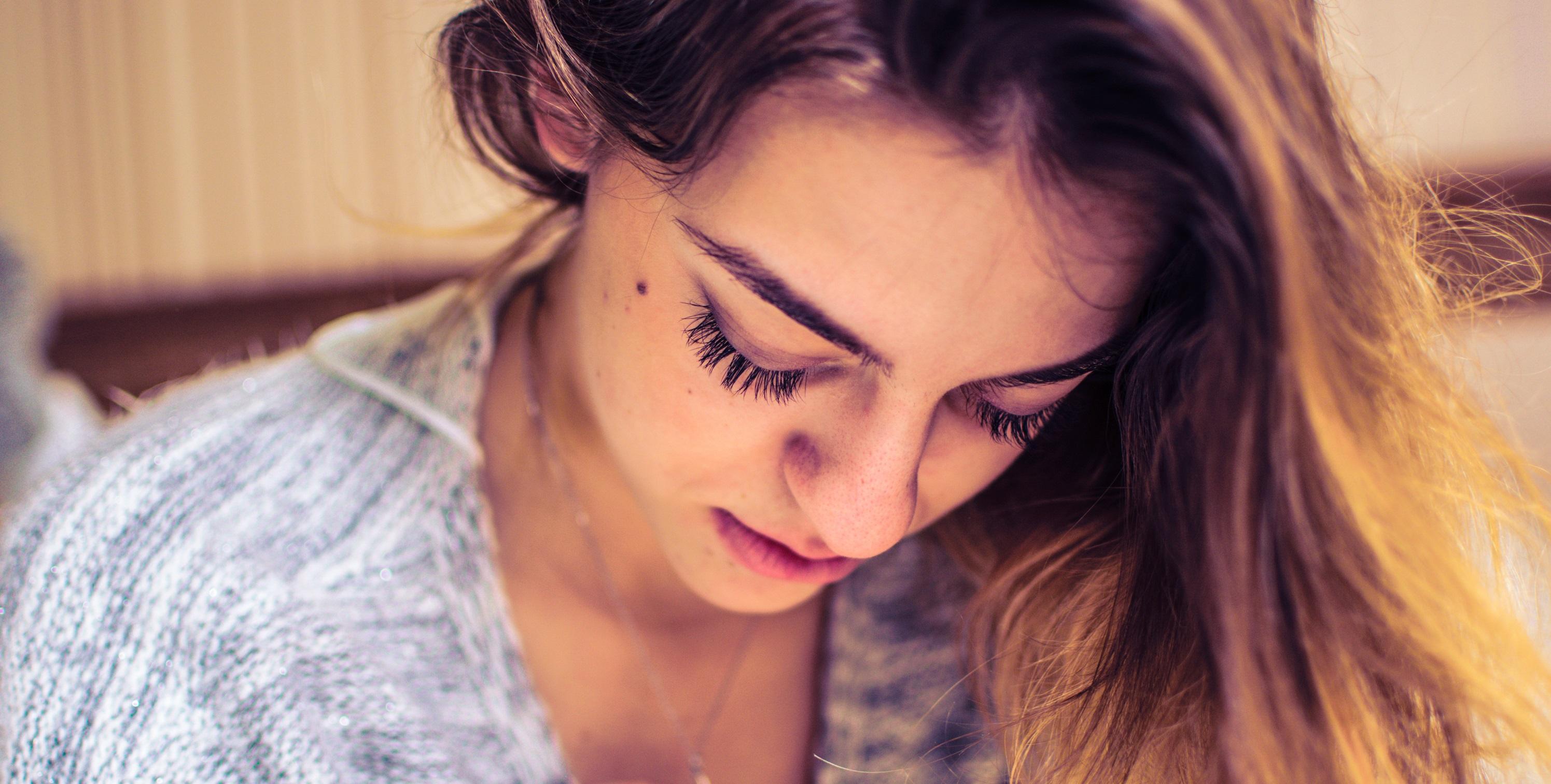 Nem is gondolnánk, hogy pszichés állapotunk milyen mértékben befolyásolja fejbőrünk működését! A korpa, a piros foltok, vagy a páncélszerű lerakódás egy betegség tünete is lehet. A pikkelysömöré?!