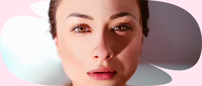 Az biológiai öregedés okozta bőrszárazságot belső és külső tényezők egyaránt befolyásolják. A bőr működésében az idő előrehaladtával számos fiziológiai változás megy végbe.<br /> A bőr védekezési képessége gyengül, anyagcseréje folyamatosan lassul, így a bőr fokozatosan szárazabbá válik, veszít rugalmasságából, tónusából. A fokozott szárazság- érzetet kísérheti hámlás, viszketés is. A felszínen apró barázdák és ráncok jelennek meg, amelyek az idővel sokasodnak és fokozatosan mélyebbé válnak. Cikkünkben Szűcs Ágnes, esztétikai szakember ismerteti velünk a legfontosabb tudnivalókat az őszi-téli bőrápolással kapcsolatban. <br />