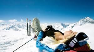 <p>Télen bőrünk hajlamosabb a kiszáradásra, ami a hideg, csípős idő és a szél állandósulásával csak tovább fokozódik. Ilyen extrém körülmények gyakran adódhatnak például a sípályán is, így ha a hegyekben készülünk tölteni néhány napot, nem árt szem előtt tartani pár igen fontos szabályt.</p>