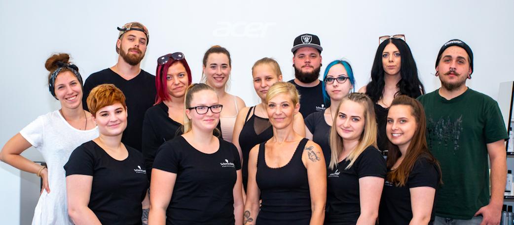 A Schwarzkopf Professional és az Innova Szociális Innovációs és Képzési Alapítvány közös célja a felnövekvő fiatal fodrászgeneráció segítése – a hátrányos helyzetű diákok számára egy személyre szabott kiugrási lehetőség biztosítása. A Shaping Futures program nemzetközi kezdeményezése Magyarországon immáron már második alkalommal valósult meg.